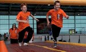 2 kinderen aan het rennen op een tumbling baan tijdens Special Heroes Day in Tilburg