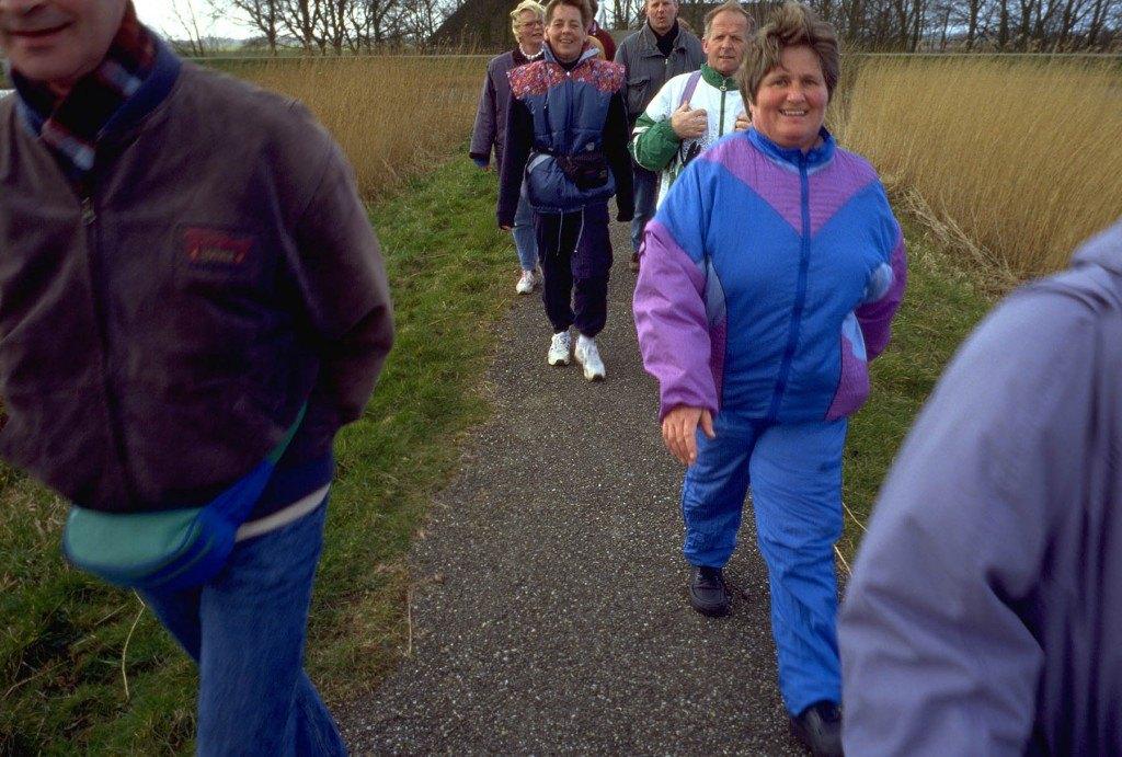 een groep mensen aan het wandelen