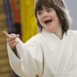 Sporter met verstandelijke beperking in judokleding