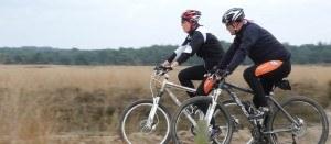 2 volwassenen op de mountainbike aan het fietsen