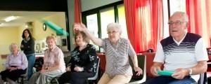 ouderen bezig met bewegen vanuit een stoel