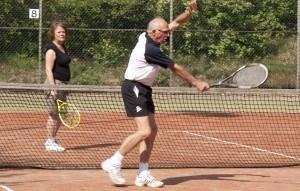 2 ouderen tijdens een potje tennis