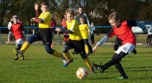 Een voetbalwedstrijd tussen 2 jeugdteams