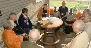 oudere sporters die om een tafel heen zitten in een kantine