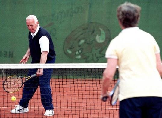 2 ouderen aan het tennissen