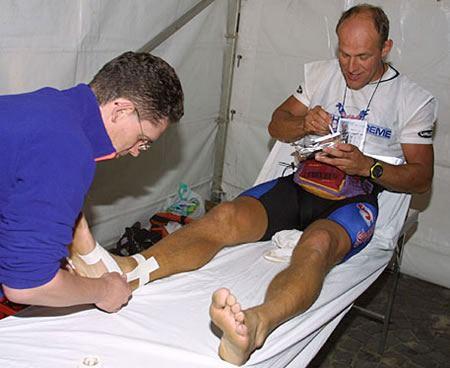Een sporter wordt verzorgd aan een voetblessure