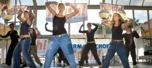 Nederland Enschede 30-09-2006 Meiden met en zonder overgewicht tijdens streetdancedemonstratie op sportmarkt in winkelcentrum Enschede-Zuid in kader van Flash123 campagne om meer te bewegen Foto: Willem Mes / Hollandse Hoogte