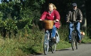 2 ouderen aan het fietsen