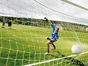 Een keeper kan een bal niet tegenhouden en er wordt gescoord