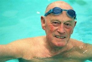 Oudere man in het zwembad