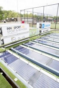 sportcomplex met zonnepanelen en reclameborden van oa Innosport