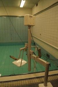 Tilstoel aan de rand van een verwarmd zwembad