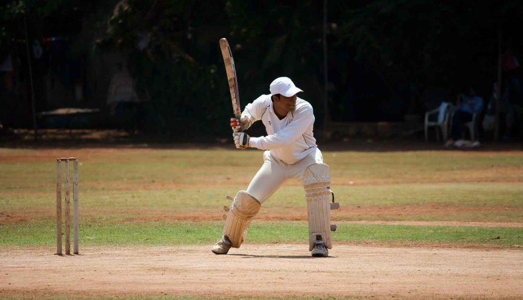 een cricketter - batsman - die slaat naar de bal