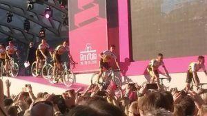 Wielrenners verlaten per fiets het podium bij de Giro D'Italia