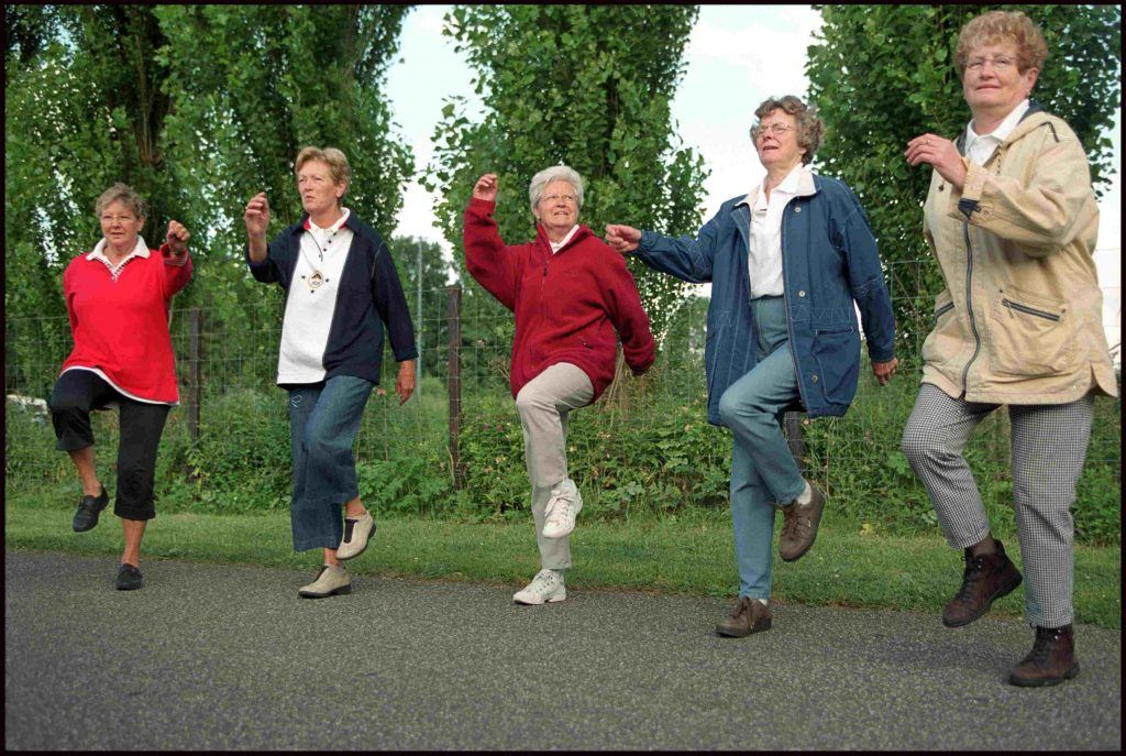 Ouderen die een huppelende beweging maken