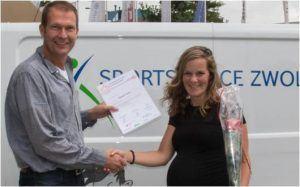Annejet Cramer krijgt het branchecertificaat uitgereikt