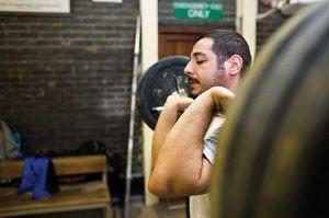 een man aan het gewichtheffen