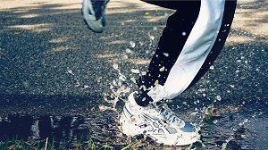 iemand aan het hardlopen en loopt door een plas water
