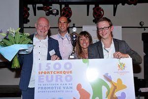De winnaar van 2015 gemeente Hoogeveen met een sportcheque van 1.500 euro