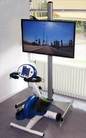 een trainingsfiets met een beeldscherm ervoor