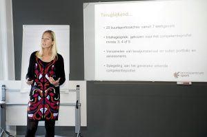 Willemijn Baken terwijl ze een presentatie geeft