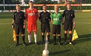 5 voetbal scheidsrechters naast elkaar