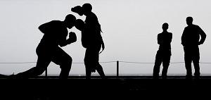 boksende jongeren op straat