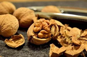 walnoten gekraakt en ongekraakt op een schaal