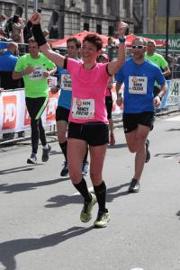foto Nancy Gerritsen in actie. Zij komt al juichend en rennend over de finish