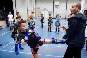 Kinderen krijgen kickboks training in de zaal