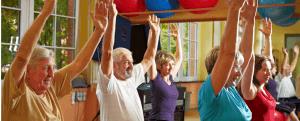 ouderen die in een groep bewegingsoefeningen doen