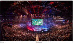 een enorm grote zaal vol met toeschouwers voor het E-sports event