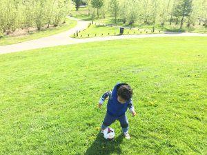 Zoontje Rebecca aan het voetballen
