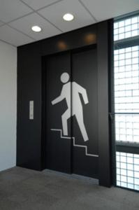 een lift met een grote afbeelding van een figuur dat de trap neemt