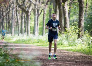 buurtsportcoach kennemerland Bas de wit aan het hardlopen in het bos