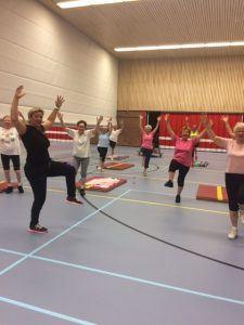 Vrouwen in beweging in een gymzaal