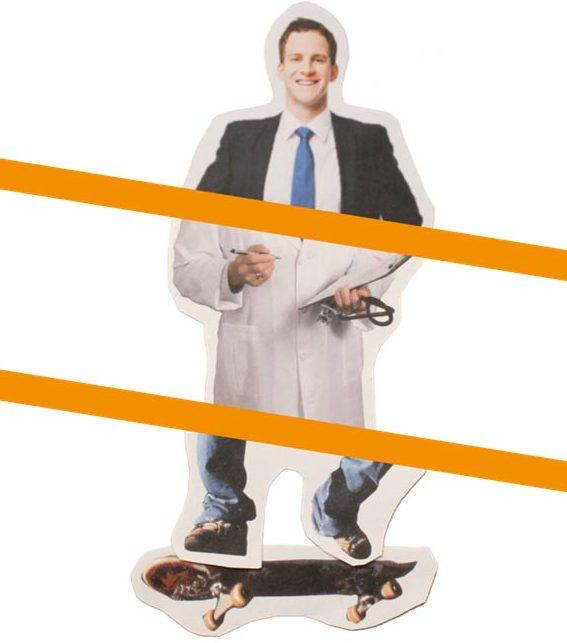 een samengestelde foto van een man in verschillende outfits op een skateboard