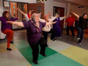 vrouwen met verschillende achtergronden proberen op 1 been te blijven staan als oefening