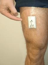 bewegingsmeter die op een bovenbeen is geplakt