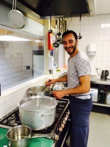 Adnan in de keuken bij SDZ