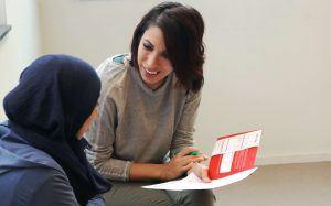 Beweegmakelaar in actie, 2 vrouwen zijn met elkaar in gesprek
