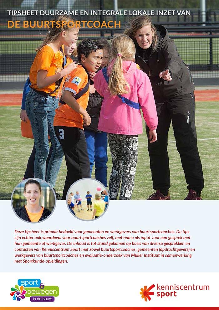 Tipsheet Duurzame en integrale lokale inzet de buurtsportcoach waarop een coach uitleg geeft aan een paar kinderen