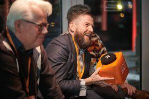 Morten Bo Andersen van Game Denmark aan het woord met een catchbox-microfoon