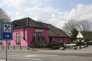 een restaurant in roze geschilderd