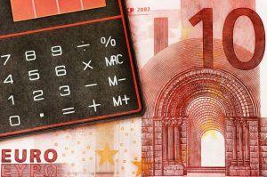 een tien euro biljet met een rekenmachine er op