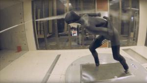 het testen van een schaatspak in een windtunnel