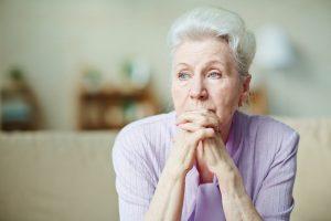 oudere dame alleen op de bank