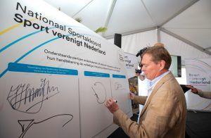 Minister Bruins ondertekent het Nationaal Sportakkoord