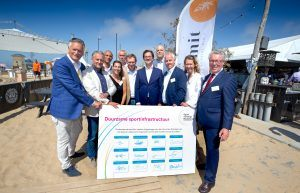 Ondertekenaars deelakkoord Duurzame Sportinfrastructuur en minister Bruins