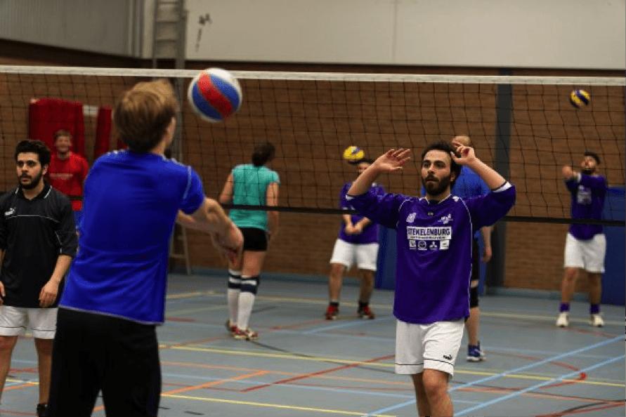sportparticipatie vluchtelingen met autochtone bevolking - gezamenlijk volleybal spelen